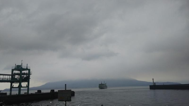 雨の鴨池港